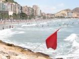 Imagen de una bandera roja en la playa