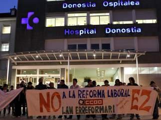 Piquetes informativos a la entrada del hospital Donostia
