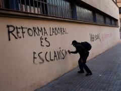 Barcelona licita el contrato de limpieza de pintadas y retirada de carteles por 11,8 millones