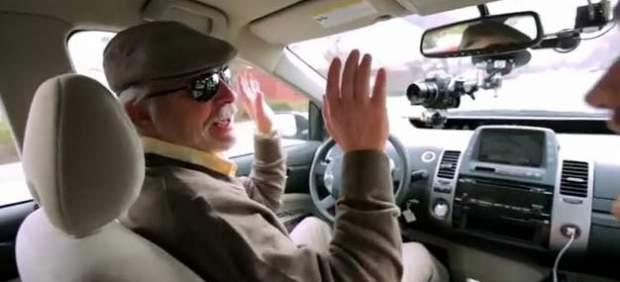 """""""Sin manos, sin pies"""": Así probó Google su coche automático con un conductor ciego"""