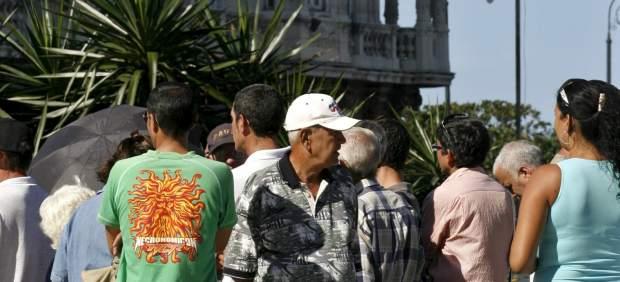 Colas en la embajada española en Cuba