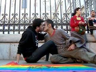 'Besada santa' contra la homofobia