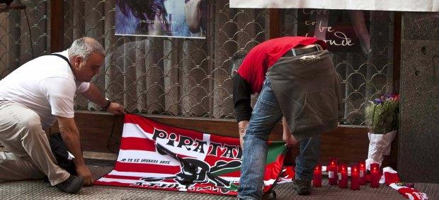 Homenaje al joven de 28 años fallecido por los incidentes tras el Athletic-Schalke