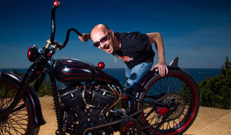 Ferry Clot posa con su moto Panafina