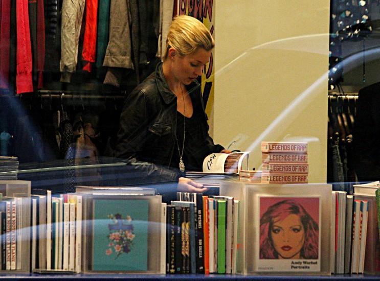 Kate Moss.  La modelo Kate Moss ojea un libro en una librería de Londres (Reino Unido) en 2009.