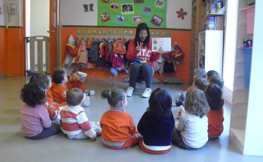 La maestra, enseñando las primeras nociones de chino a los niños de ...