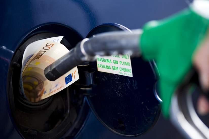 Las reglas de la gasolinera de los automóviles por la gasolina