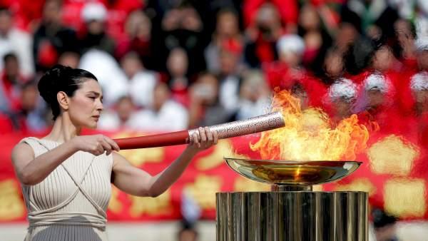 Sacerdotisa prende la llama olímpica