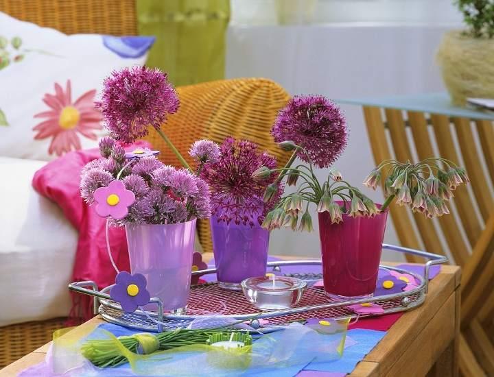 Decorar con flores. Divertida es la pareja que forman flores y vasos a modo de informales jarrones.