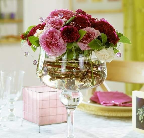 Decorar con flores. Las clavelinas lucen perfectas en esta copa de cristal.