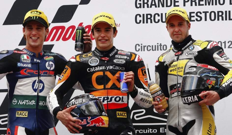 Marc Márquez disfruta en el podio de Estoril junto a Espargaró y Luthi.