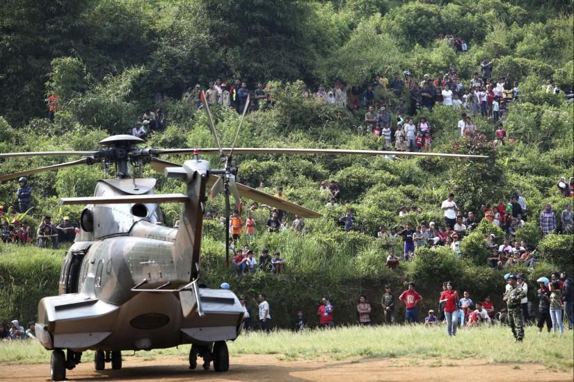 Recuperan varios cadáveres del avión estrellado en Indonesia