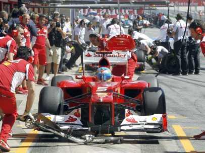 El Ferrari de Alonso en boxes
