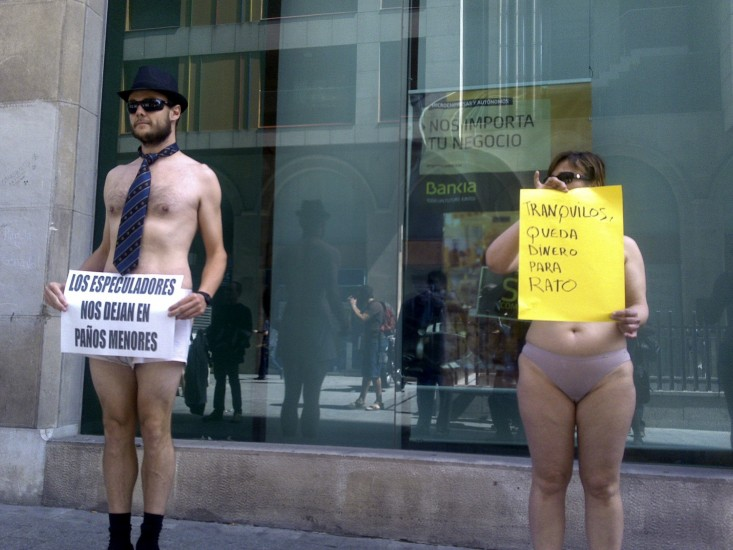"Protesta frente a Bankia ""en paños menores"""
