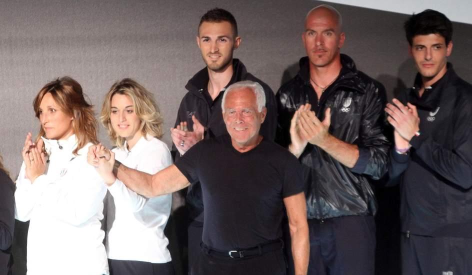 Italia olímpica. El diseñador Giorgio Armani (c) posa para los fotógrafos con atletas italianos que participarán en las Olimpiadas de Londres 2012. En España ha habido polémica por el hecho de que una marca rusa haya sido la encargada de diseñar la equipación nacional.