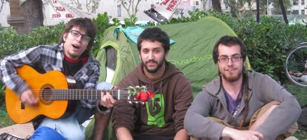 Acampados en la plaza Cataluña de Barcelona.