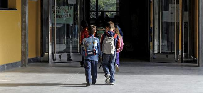 Dos niños entran en la escuela