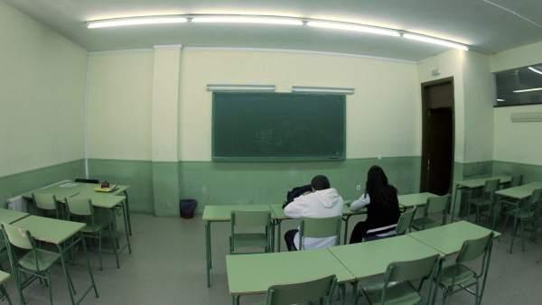 Dos alumnos en un aula