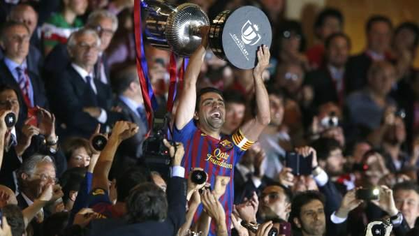 Xavi levanta la Copa