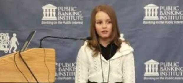 """La niña que explica """"por qué los bancos se enriquecen y nosotros no"""", un fenómeno en Internet"""