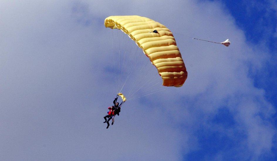 Muere una mujer al saltar en paraca das en una escuela de for Paracaidismo barcelona ofertas