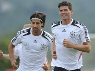 Khedira y Mario Gómez, de Alemania
