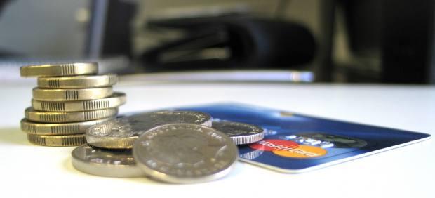 Monedas y una tarjeta