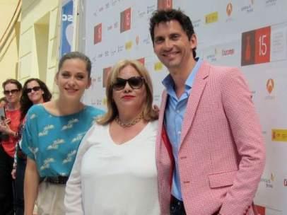 Paco León, María León y Carmina Barrios