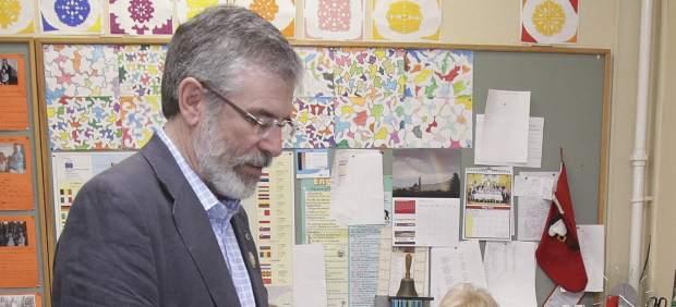 Gerry Adams, líder del Sinn Féin,  vota contra la UE