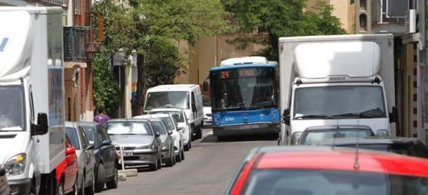 Los coches mal aparcados atascan los buses en vallecas y for Ahorro total vallecas