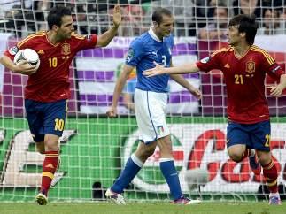 Cesc y Silva celebran un gol ante Italia