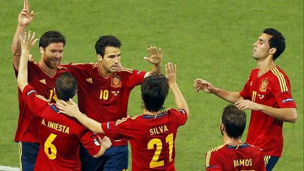 España celebra el gol de Xabi