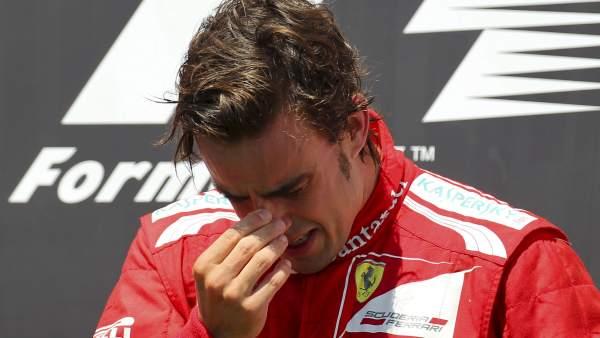 Alonso llora en el podio