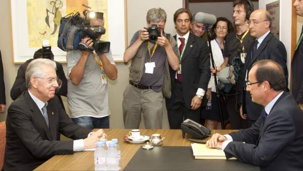 Monti y Hollande, en la cumbre de jefes de Estado de la Unión Europea