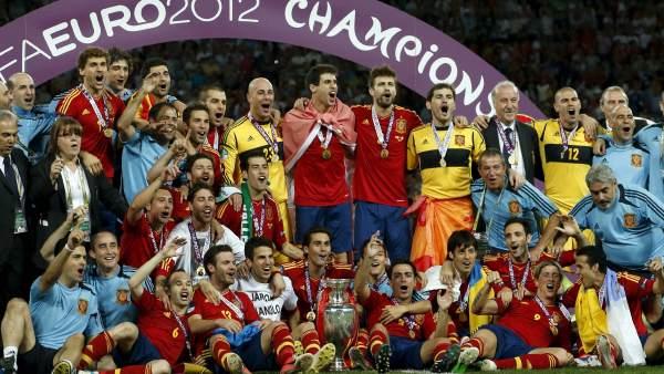 Los 23 elegidos, con el trofeo de la Eurocopa