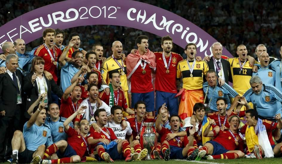 Venta barata Venta barata precio atractivo Foto: Los 23 elegidos, con el trofeo de la Eurocopa | España ...