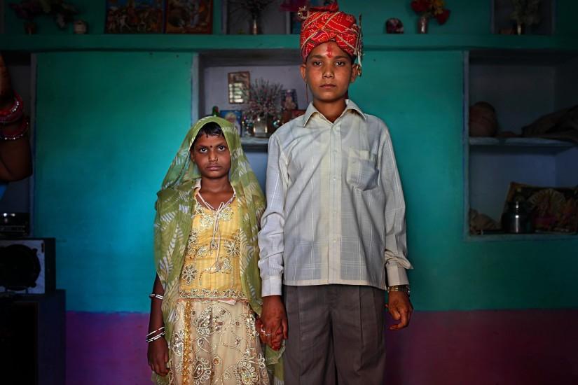 Maya (8 años) y Kishore (13) posan en su nueva casa antes de su boda. La foto es de un reportaje sobre matrimonios entre niños en Yemen, Nepal y la India