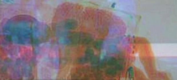 Un bebé dentro de una maleta pasa por un scanner