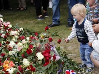 Un niño en la ofrenda floral en Oslo