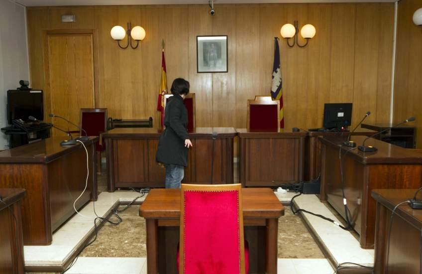 El colegio de valencia multa a 39 abogados por quedarse for Juzgado de catarroja