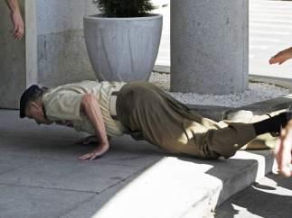 El rey cayó al suelo
