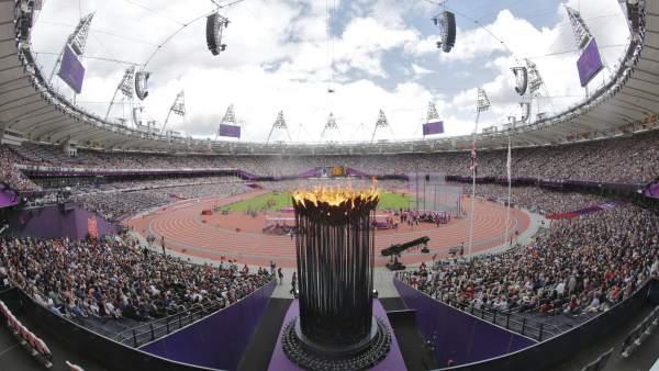 La llama olímpica preside el estadio olímpico