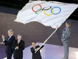 Eduardo Paes con la bandera olímpica