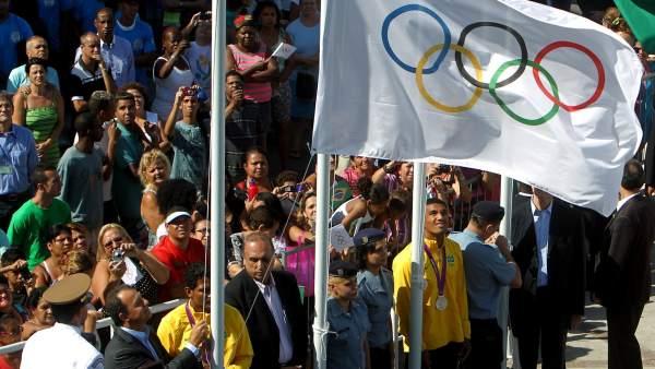 La bandera olímpica ondea entre favelas