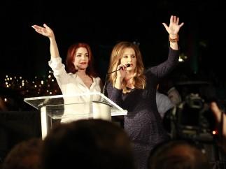 La ex y la hija de Elvis saludan a los fans