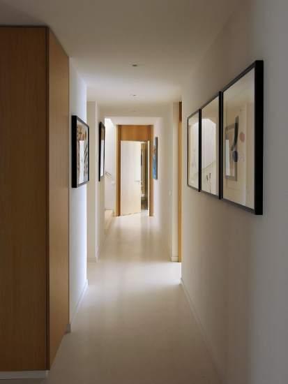 Largo estrecho y dif cil c mo decorar el pasillo de casa for Colores pasillos interiores