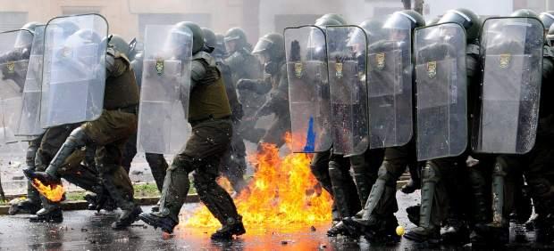 Policías en una marcha por la educación en Chile