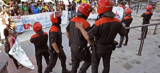 Agentes de la Policía Foral impiden a un grupo de distintas organizaciones estudiantiles entrar a la Universidad Pública de Navarra, donde se celebraba el acto académico.