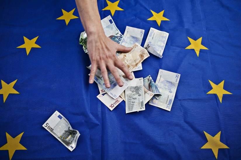 Billetes Euro sobre bandera UE
