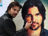 Juanes se 'hurga' la nariz